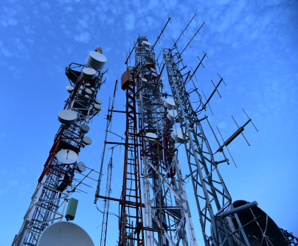 antenna-cell-tower-cellphone-masts-w